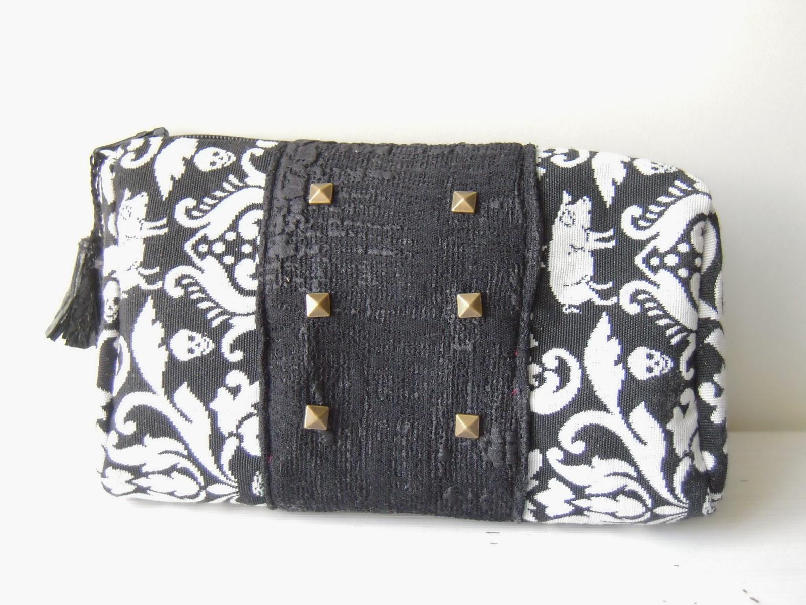 pochette tissu noir et blanc pompon effet cuir clous