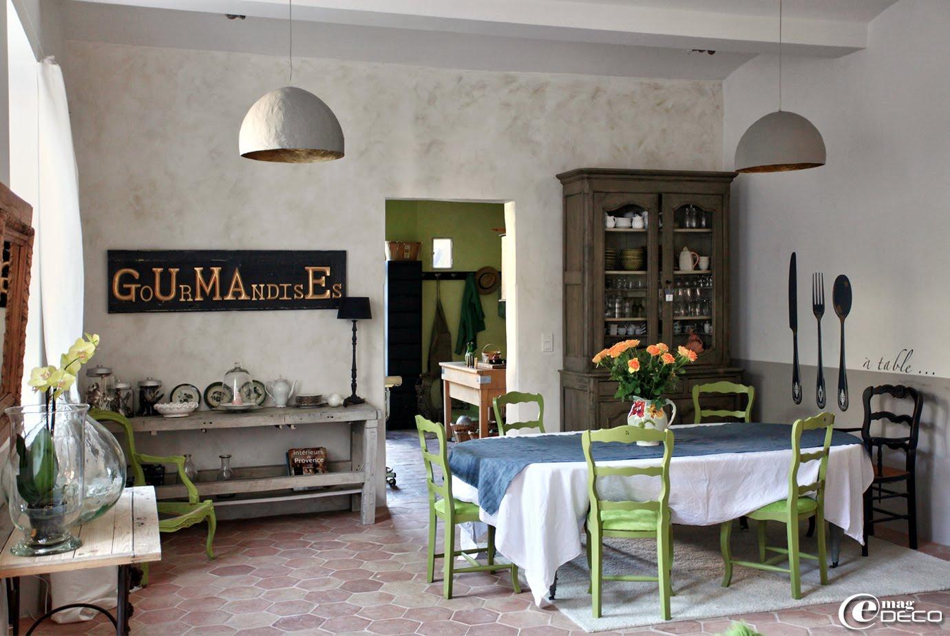 Salle de séjour de la maison d'hôtes 'Les Nomades Baroques' à Barjac