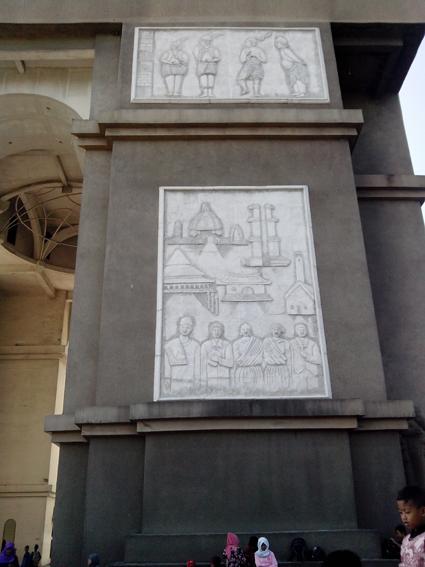 Relief dinding monumen simpang lima kediri