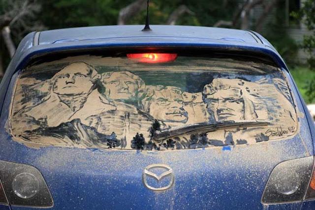 Grandes desenhos nos vidros sujos dos carros