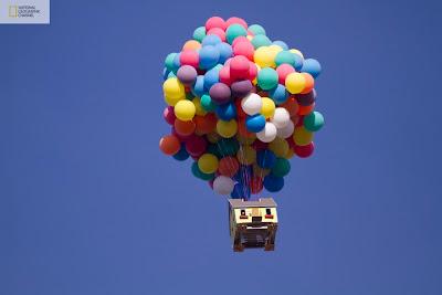 casa volando por globos