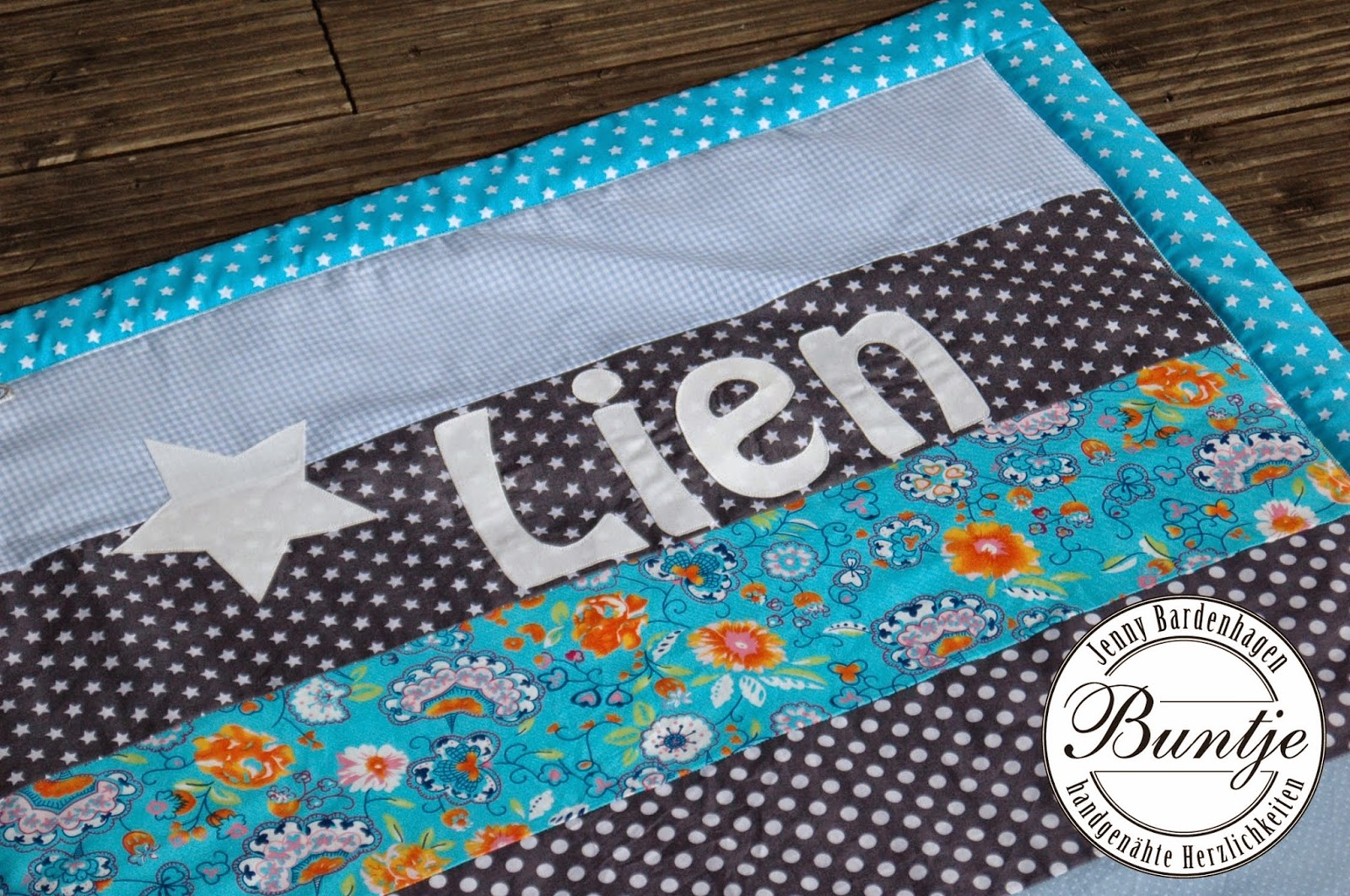 Krabbeldecke Geschenk Geburt Taufe Name Junge Kuscheldecke Decke Baby hellblau türkis grau Baumwolle Fleece Webband nähen Buntje handmade Lien