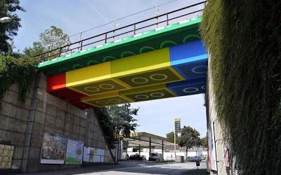 ponte feita de lego gigante