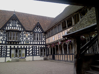 Lord+Leycester+Coutyard-Tudor