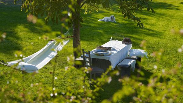 vista del jardín con hamaca