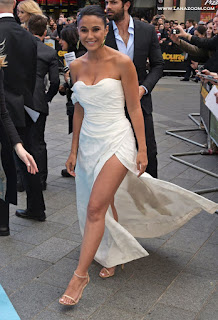 ايمانويل تشريكي تظهر ملابسها التحتية! خلال العرض الأول لفيلم Entourage في لندن