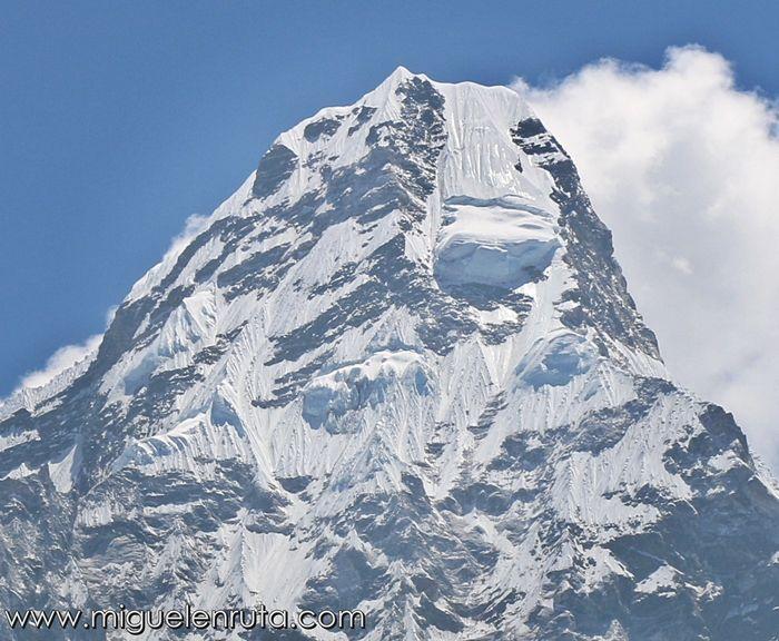 Ama-Dablam-peak-himalaya