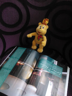 Pom reading a Spa Magazine