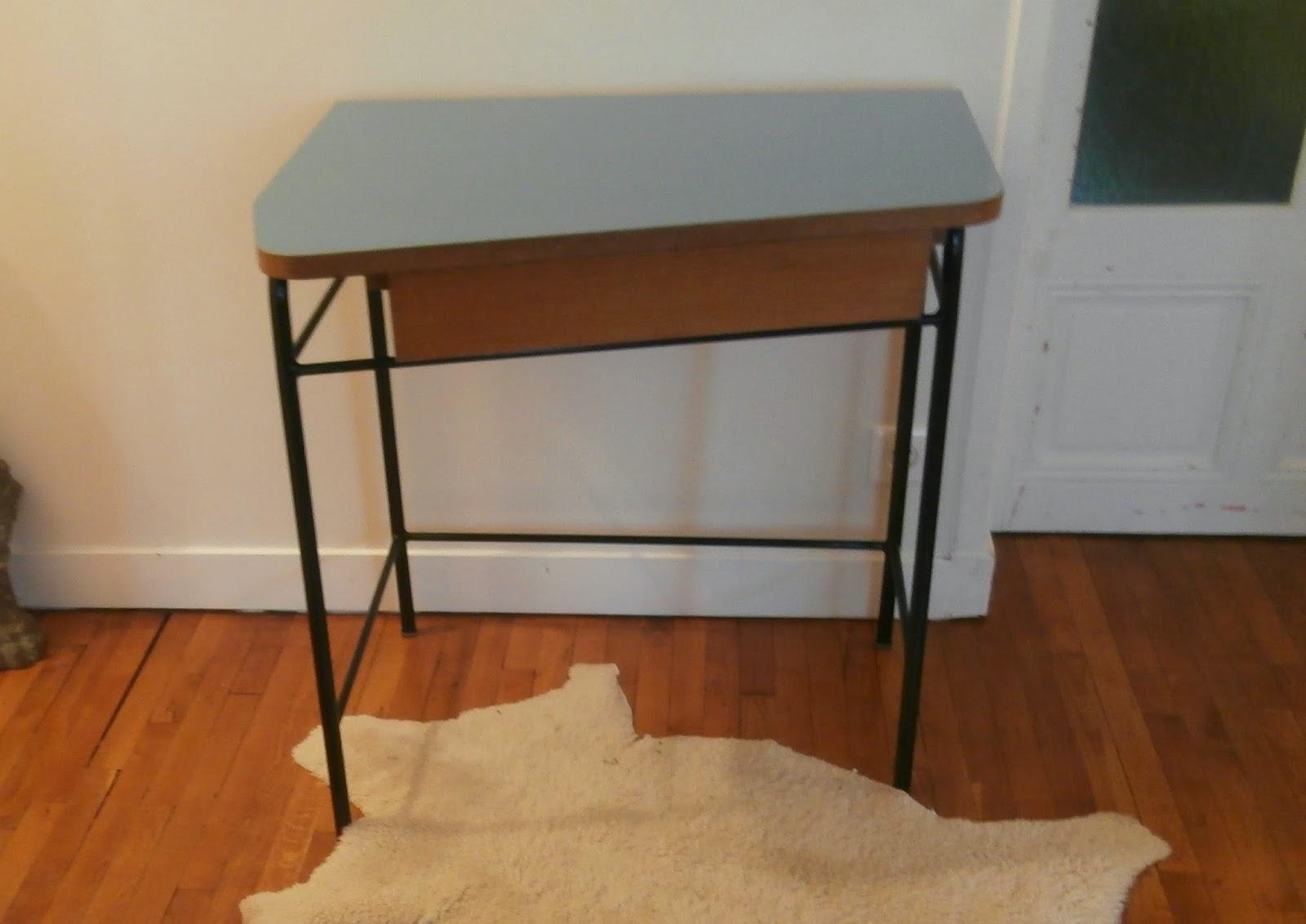 Dur e de vie ind termin e petit bureau en formica pieds for Petit bureau metal