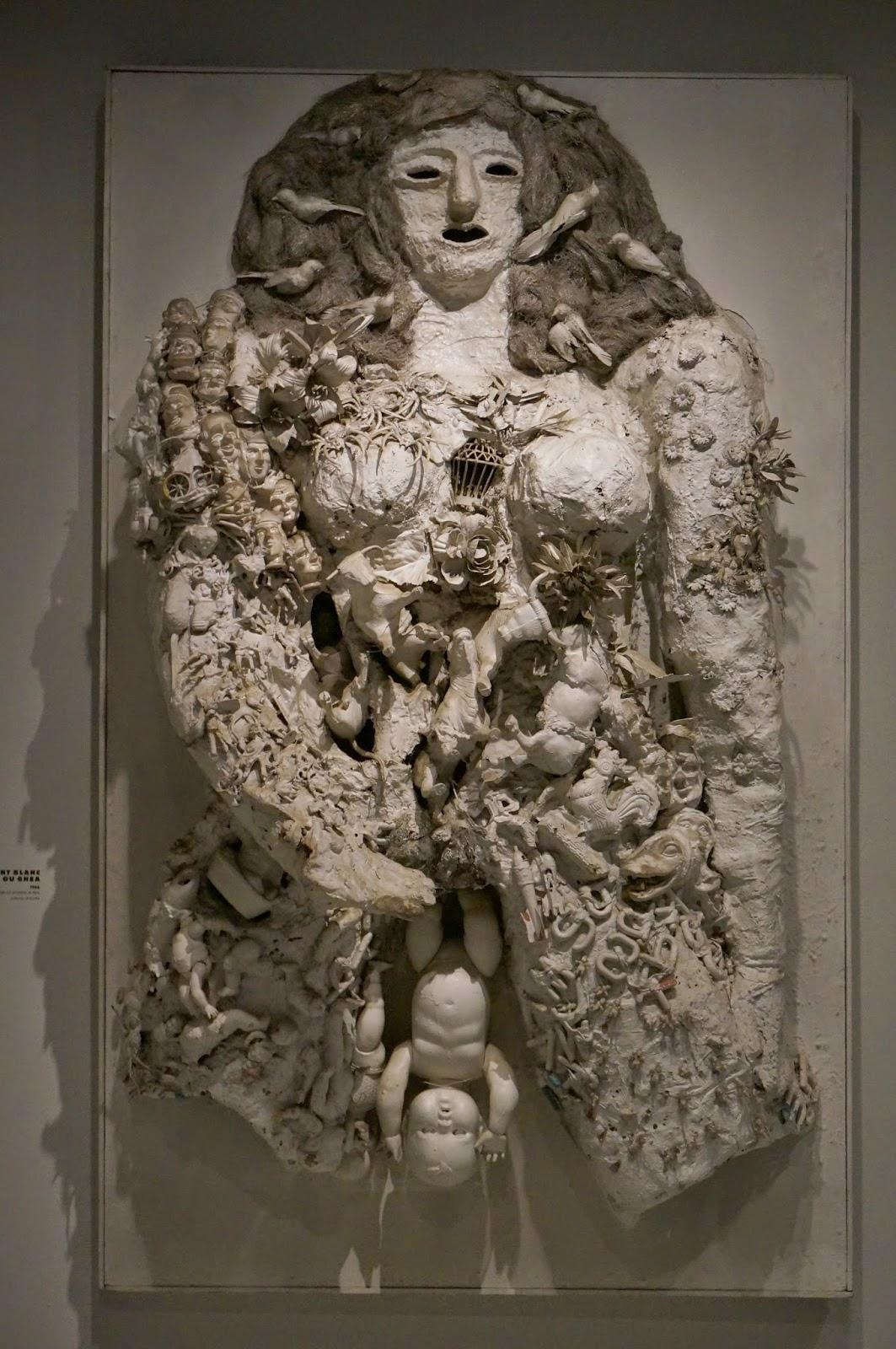 """Niki de Saint Phalle (1930-2002) est l'une des artistes les plus populaires du milieu du XXe siècle, à la fois plasticienne, peintre, sculptrice et réalisatrice de films. Si elle est surtout connue du grand public pour ses célèbres « Nanas », son oeuvre s'impose aussi par son engagement politique et féministe et par sa radicalité.     Niki de Saint Phalle (1930-2002) est l'une des artistes les plus populaires du milieu du XXe siècle, à la fois plasticienne, peintre, sculptrice et réalisatrice de films. Si elle est surtout connue du grand public pour ses célèbres « Nanas », son oeuvre s'impose aussi par son engagement politique et féministe et par sa radicalité.    """"Accouchement blanc ou Ghéa"""", 1964 """"Leto ou la crucifixion"""", 1965 King Kong"""", 1963 daddy la promenade du dimanche """"Autel noire et blanc"""", 1962  «Je n'ai jamais tiré sur Dieu (...), je tire sur l'Eglise»   la toilette le reve de diane daddy  """"Accouchement blanc ou Ghéa"""", 1964  """"Leto ou la crucifixion"""", 1965"""