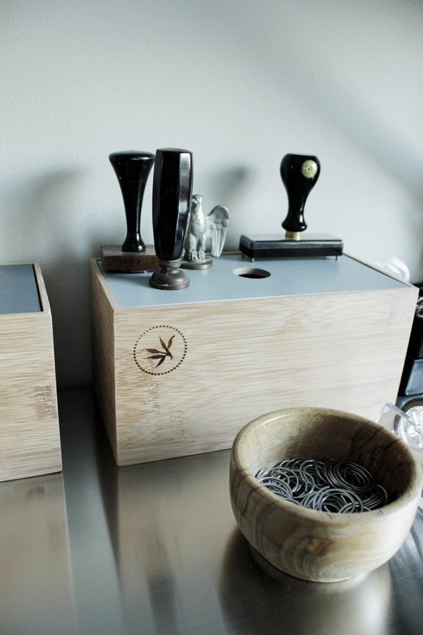 trälådor netto, bambu lådor, trärent och grått, gamla stämplar, inredningsdetaljer arbetsbord, tips, trälådor
