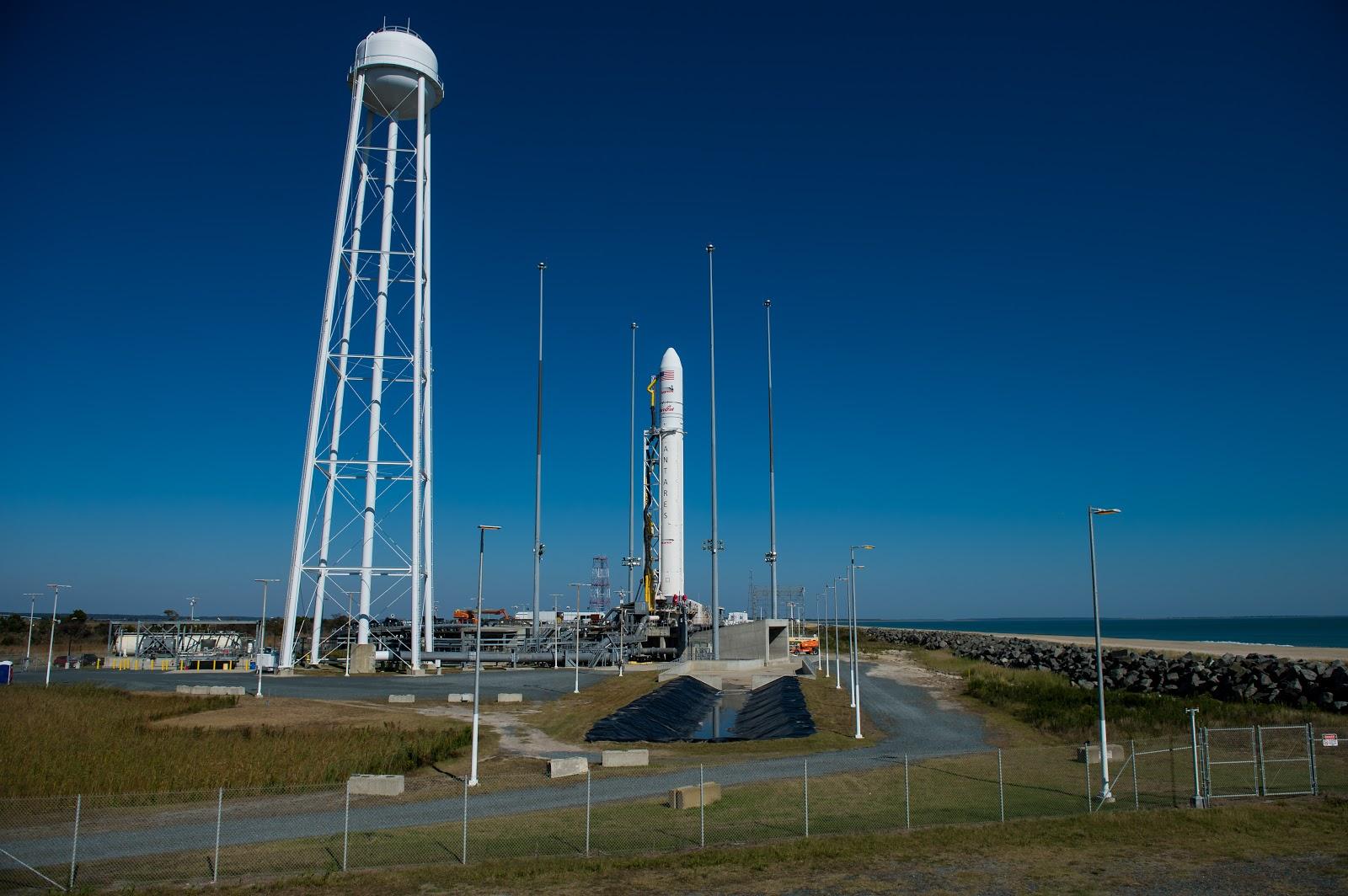 Chuẩn bị cho chuyến bay vào ngày 25/10/2014. Bản quyền hình ảnh : NASA/Joel Kowsky.