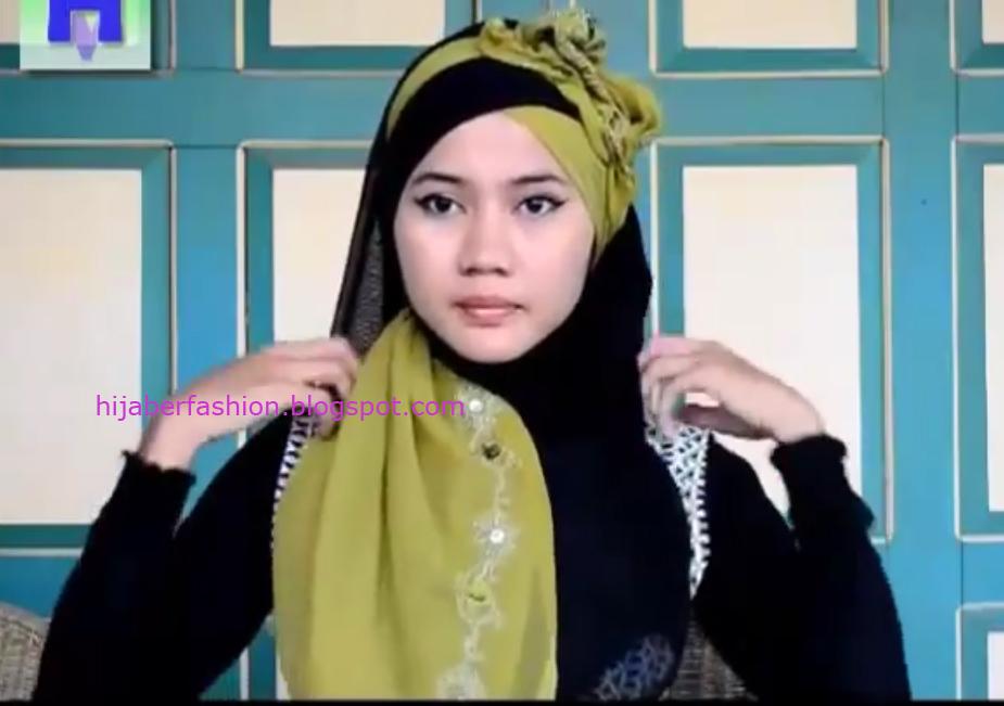 Rapikan sisa jilbab warna hijau dan hitam sehingga menutupi dada