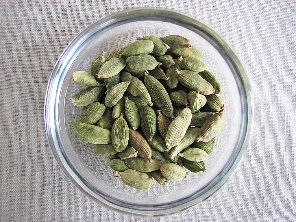 how to use cardamom pods in tea