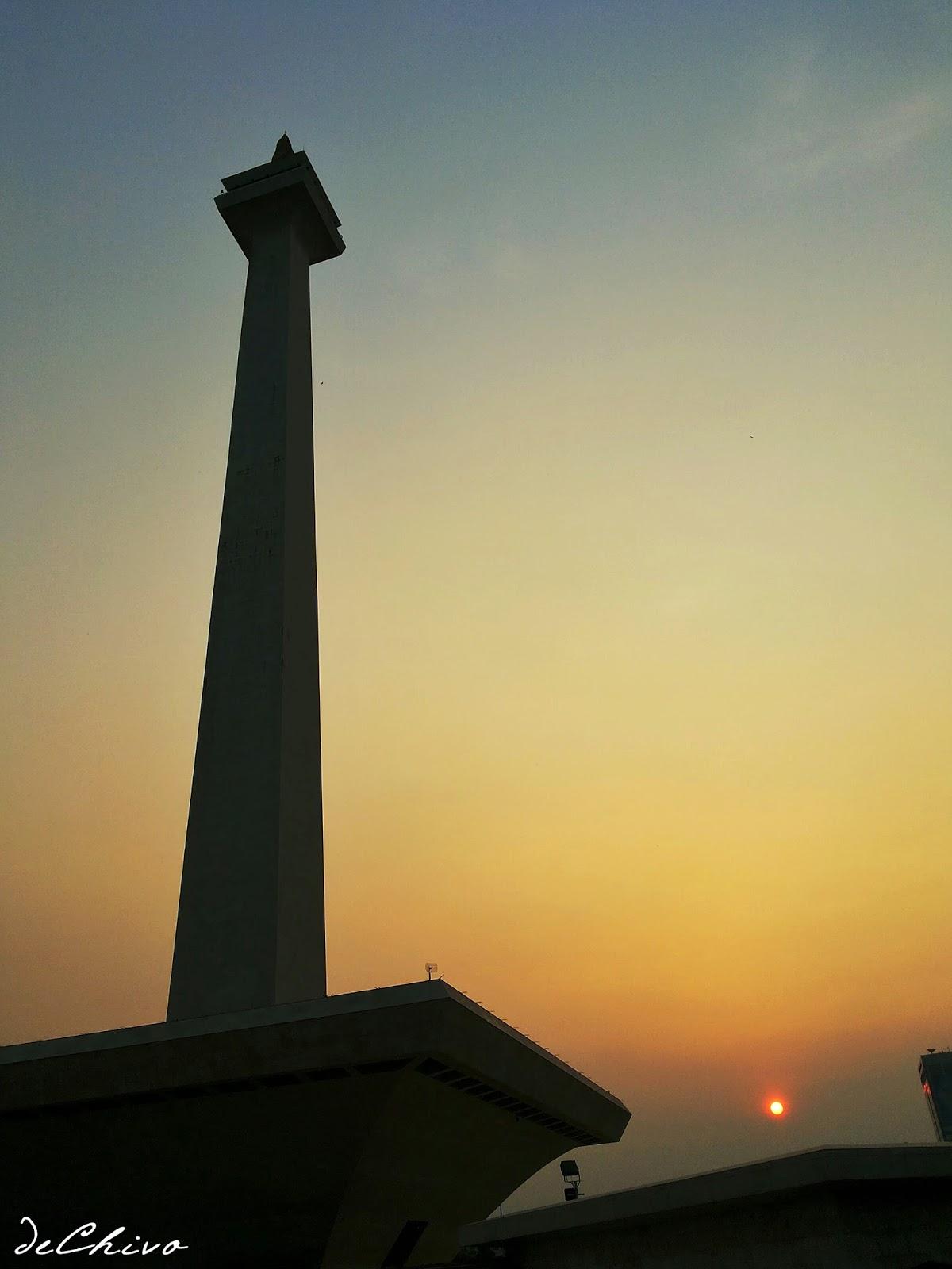Monumen Nasional Jakarta di saat terbenamnya matahari (sunset)