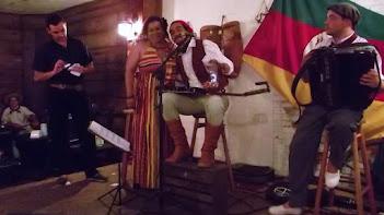 É claro que no 3º ANIVERSÁRIO  da CASA  tem que ter ......muita alegria e música BOA!!