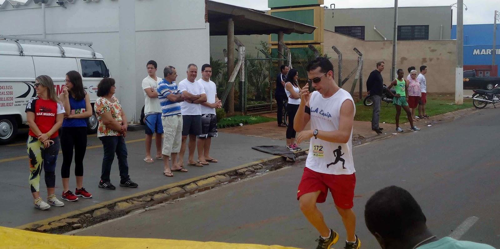 Foto 105 da 1ª Corrida Av. dos Coqueiros em Barretos-SP 14/04/2013 – Atletas cruzando a linha de chegada