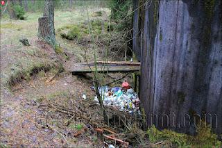 Свалка мусора около ДОТ-а №06