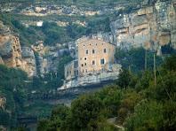 El monestir de Sant Miquel del Fai des del mirador natural de La Roca Vermella