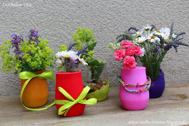 DIY: kleine Tischdekoration schnell selber machen mit Luftballons und Gartenblumen - bunte Luftballon-Vasen