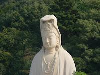 霊山観音(りょうぜんかんのん)は高さ24m、優しい微笑を含んでいる