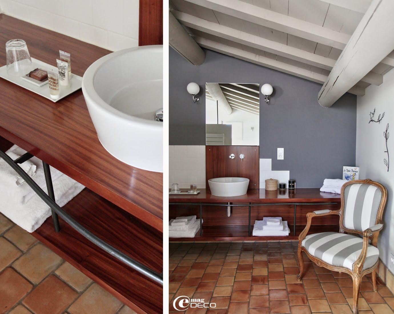 Salle de bain contemporaine dans la maison d'hôtes La Maison sur la Sorgue
