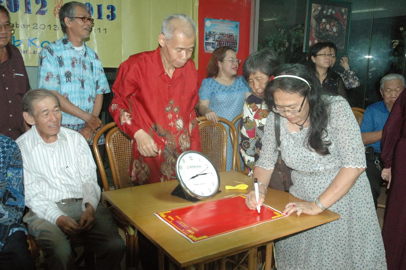 李玉华在签宪章纪念书