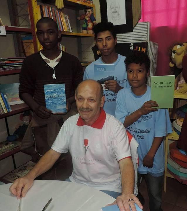 Manoel Ianzer com alunos da escola Arnaldo Faria