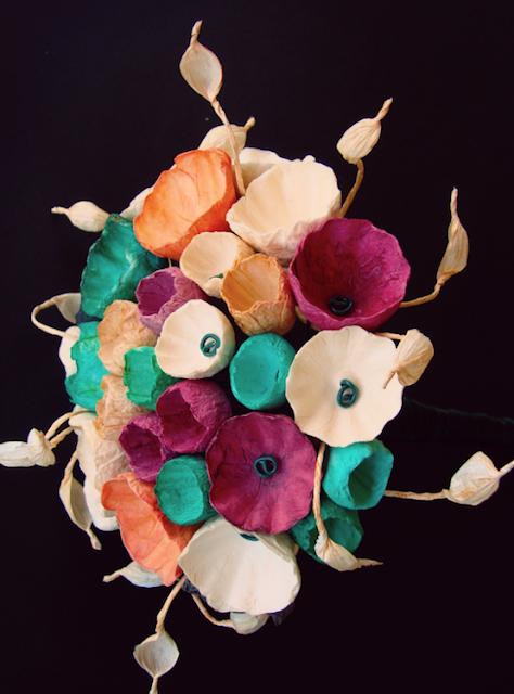 Matrimonio ecologico: bouquet con fiori di carta verde smeraldo, arancio, nero