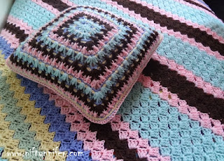 http://www.niftynnifer.com/2015/01/free-crochet-pattern-twist-shake-square.html