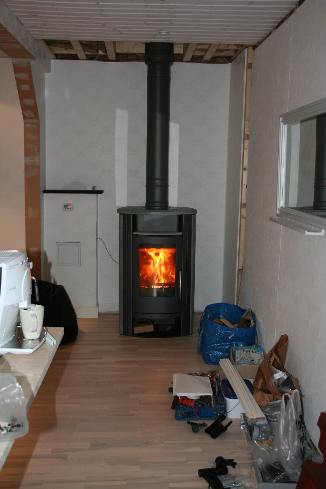 Husrenovering på Tallsätravägen: Kamin i huset och pannor på taket..