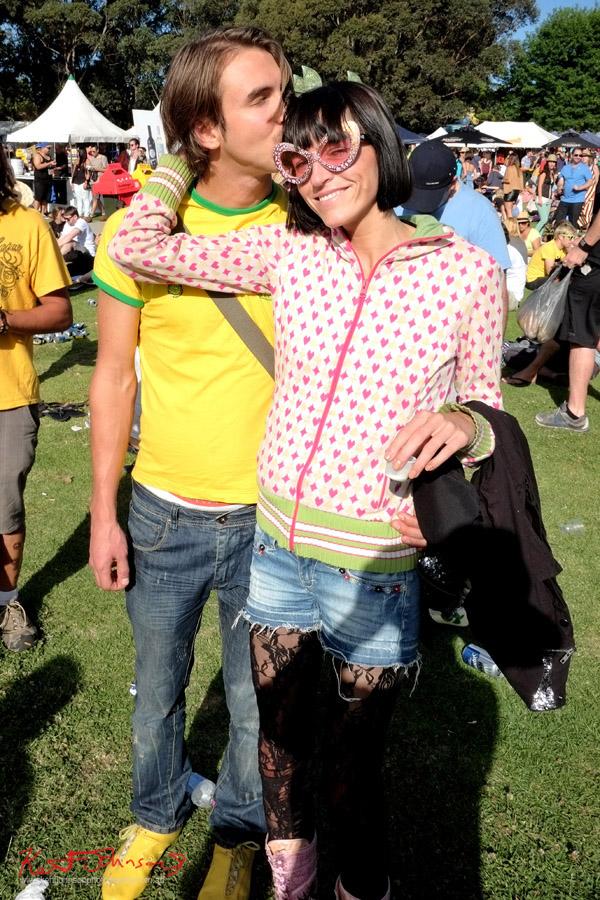 Dame Edna sunglasses, couple in embrace - street style, Newtown Festival, Fujifilm X-Pro1,