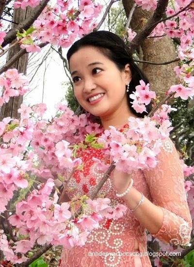 Mc Hồng Phượng ngẩn ngơ trước hoa anh đào Nhật Bản 1