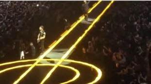 Ο The Edge πέφτει απο τη σκηνή κατά τη διάρκεια συναυλίας των U2