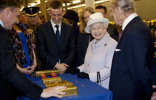 الملكة اليزابيث تتفقد مخزون الذهب البريطاني