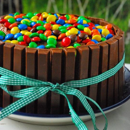 Czekoladowy tort z KitKat i M&M's