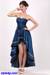 Vestido azul mostrando o colo