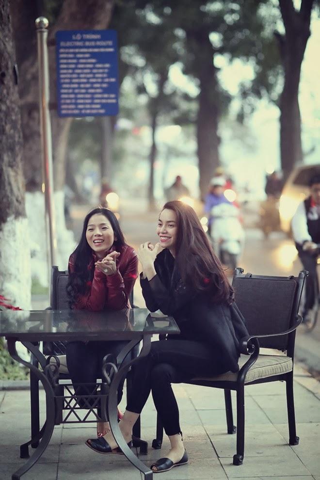Ngắm Lệ Quyên và Hà Hồ ở cà phê vỉa hè Hà Nội