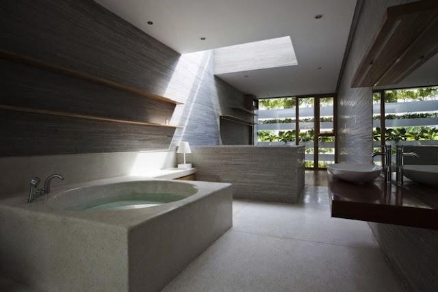 Ванная комната в доме с растениями
