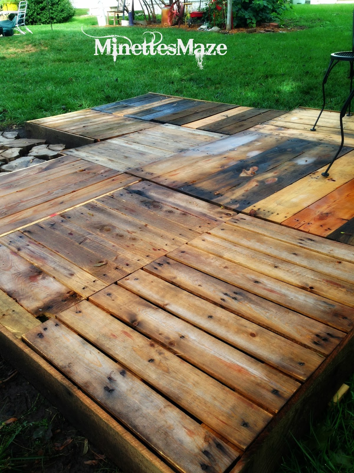Minettesmaze diy pallet deck for Decking made from pallets