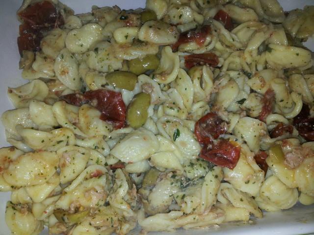 orecchiette con tonno, olive e pomodori secchi
