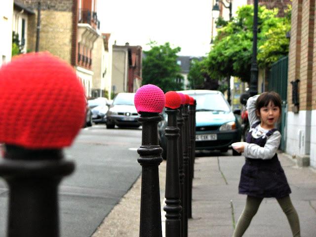 julie adore street art yarnbombing crochet rose bonnet poteau