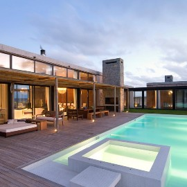 This house was built on the beach that is equipped with a swimming pool, views of the house directly overlooking the sea