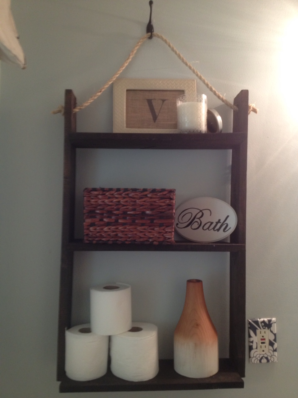 Two It Yourself: Small Bathroom Storage: DIY Pallet Board hanging shelf