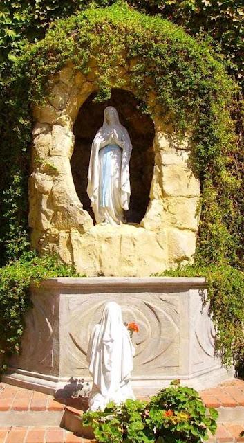 Reproduções da Gruta de Lourdes existem pelo mundo todo.  Esta fica em Cotabato, nas Filipinas.