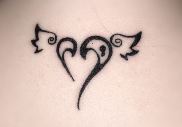 Modele Tatouage Coeur Great Le Tatouage Damour Est Une Marque Trs