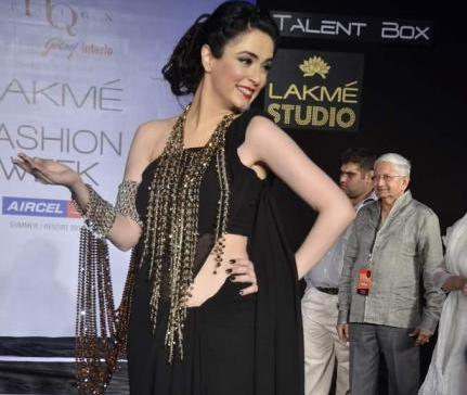Nargis Bagheri  ramp walk size pose - Nargis Bagheri walks the ramp for Mona Shroff LFW 2012