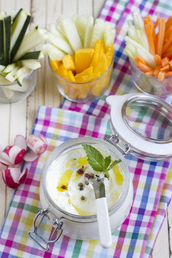 Queso Labneh con crudités y fruta