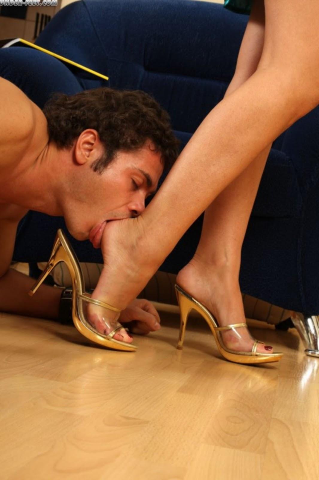 Очаровательная Леди Разрешить Вылизывать Свои Ножки