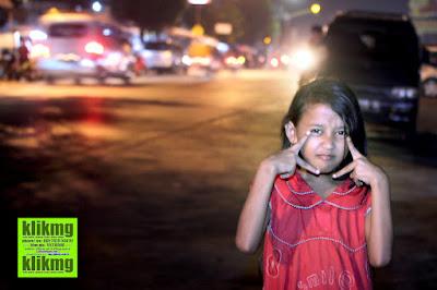 Pose di Jalan Sambil Main Kembang Api